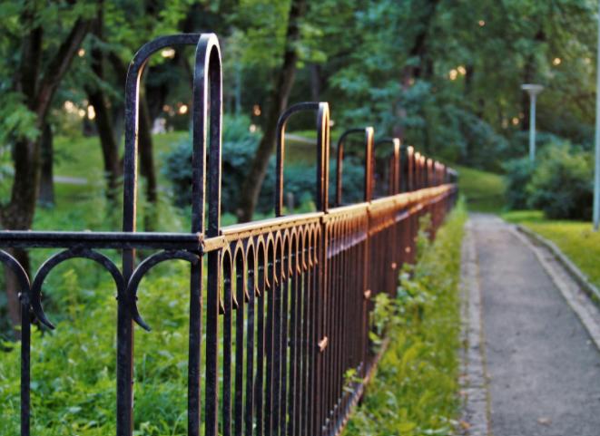 Quais as melhores opções de vedação para um jardim público