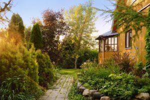 Como ter uma fachada de casa que proteja e alie à decoração
